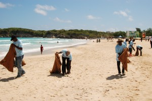 Brigadas de obreros contratados por la Sectur, mientras trabajaban en la Playa Macao, en Higuey