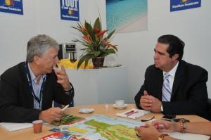 Bruno Gallois, presidente de Marsans Transtour, explica al secretario de Turismo, Francisco Javier García, la percepción que esa empresa tiene sobre el destino República Dominicana