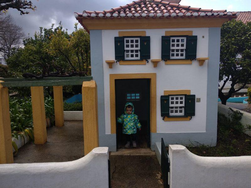 diferentes casas regionales portugal dos pequenitos, coimbra con niños