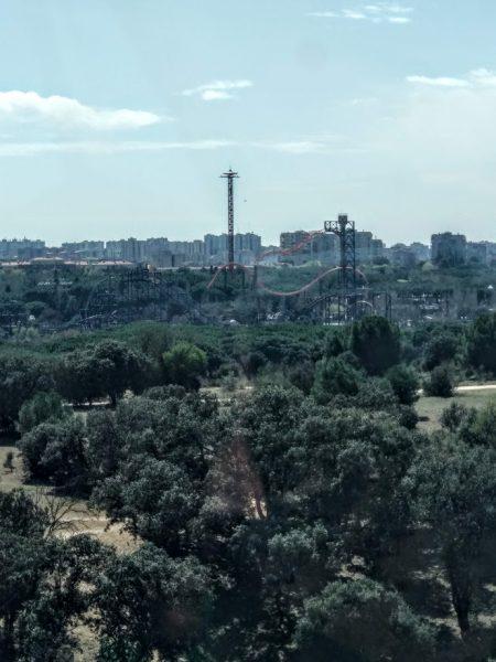 Teleférico de Madrid: Parque de atracciones a lo lejos
