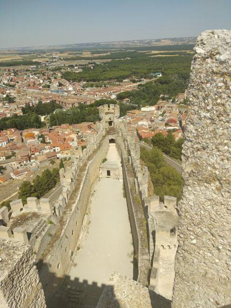 imagen del castillo y su forma alargada Peñafiel en un día