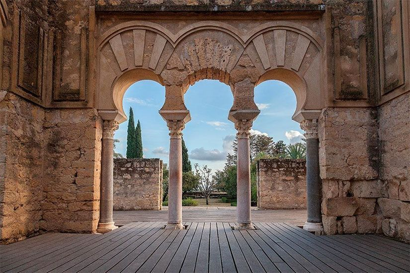 Arcos en forma de herradura en la Casa Militar