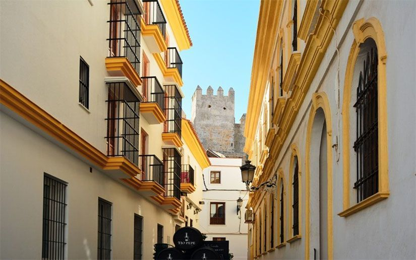 Casco histórico de Tarifa con el castillo de Guzmán el Bueno de fondo