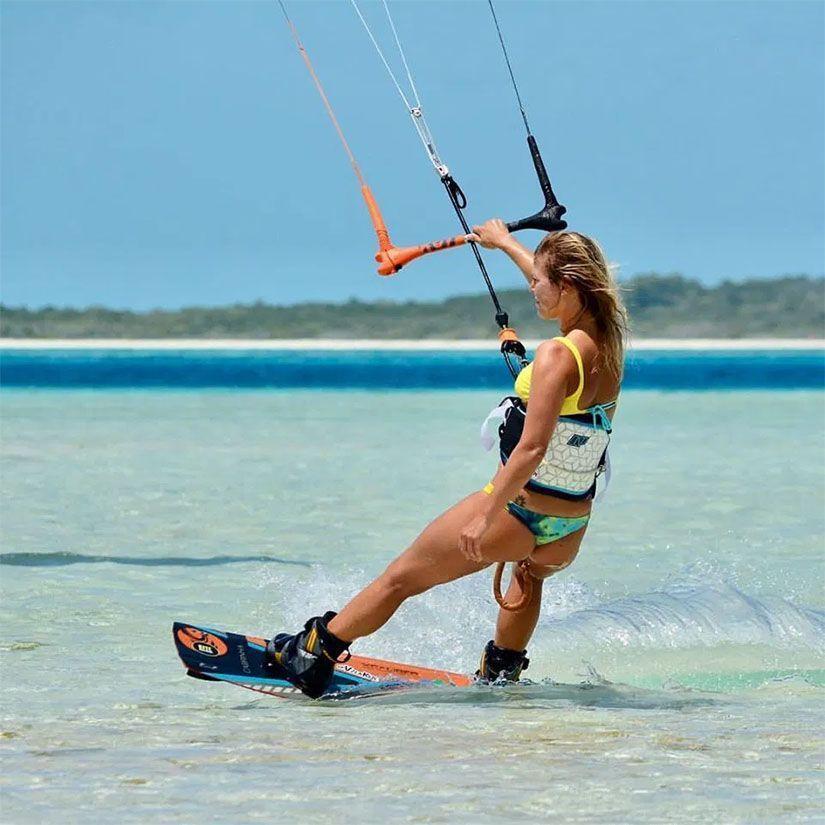 Chica practicando kitesurf en Tarifa