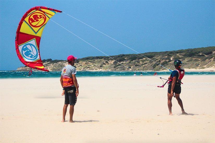 Clase de kitesurf en la playa de Bolonia