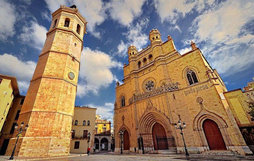 Campanario el Fadrí en frente del templo de Santa María en Castellón