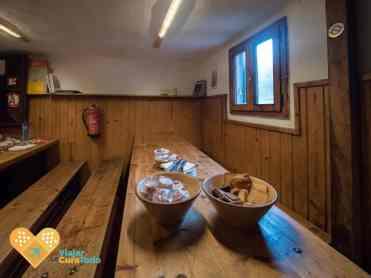 Desayuno listo en el refugio Mallafre
