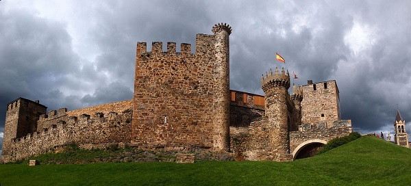 1280px-Castillo_de_Ponferrada