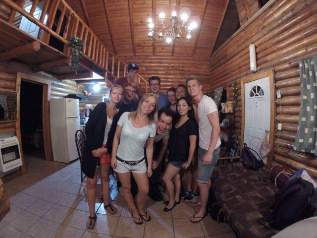 Foto grupal de Chad y sus amigos dentro de la cabaña