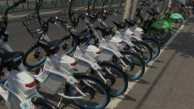 Las bicicletas disponibles para renta inundan las calles de Shanghai.