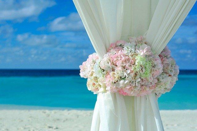 flores en gazebo de boda en la playa