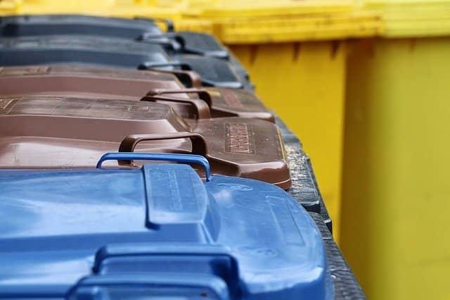 contenedores para basura en Alemania de colores azul, gris, cafe y amarillo
