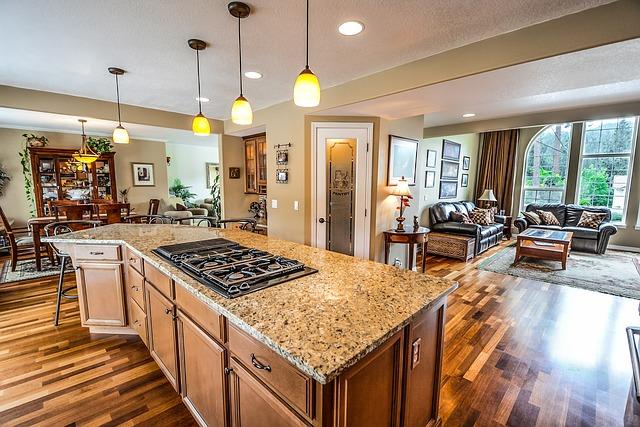 casa entera donde se muestra una cocina moderna, sala y comedor