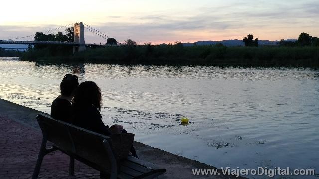 Contemplando el atardecer junto al Puente Colgante sobre el Ebro