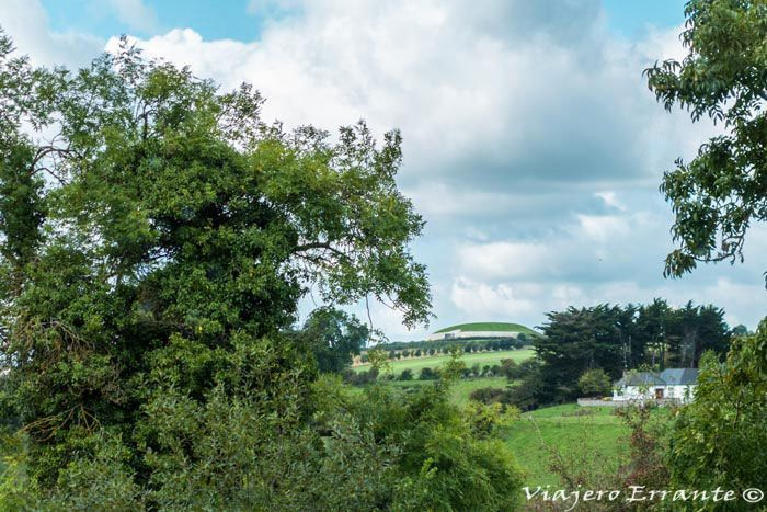 Newgrange desde el centro de visitantes Brú na Boinne.