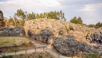 """Qenqo – """"El laberinto Inca en las afueras de Cuzco""""."""