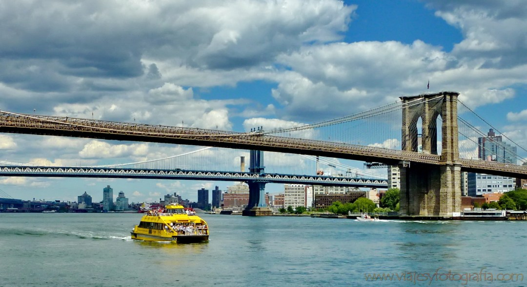 Water Taxi bajo Brooklyn Bridge