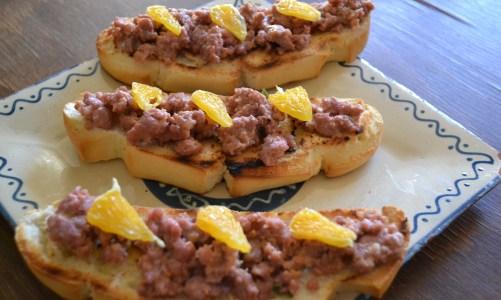 """Bruschetta con salchicha a la naranja para """"En dos cocinas: Menú de invierno"""""""
