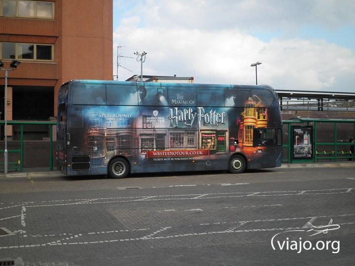Bus ploteado con motivos de las películas de Harry Potter