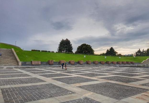 Monumento Mãe Pátria praça3