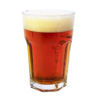 Kastanjefarvet øl i glas