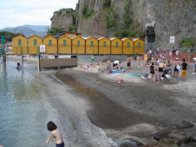 A parte pública da praia de Marina San Francesco. Foto: Marcelle Ribeiro