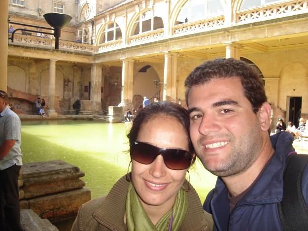 Eu e Gui na Roman Baths, na cidade de Bath.