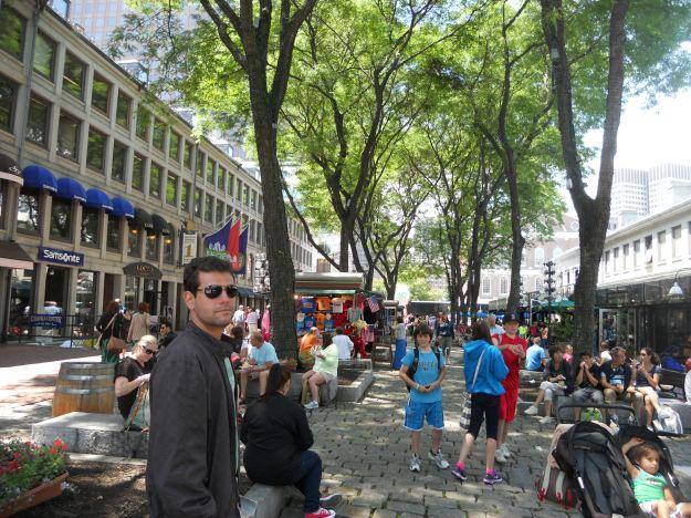 Rua de lojinhas ao lado do Quincy Market, em Boston. Foto: Marcelle Ribeiro