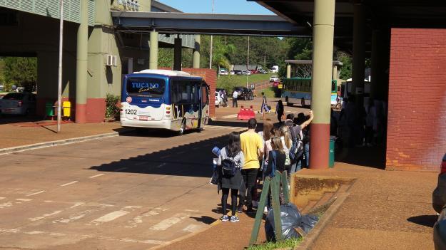 Passageiros de ônibus em fila na Imigração na fronteira com Puerto Iguazú. Foto: Marcelle Ribeiro