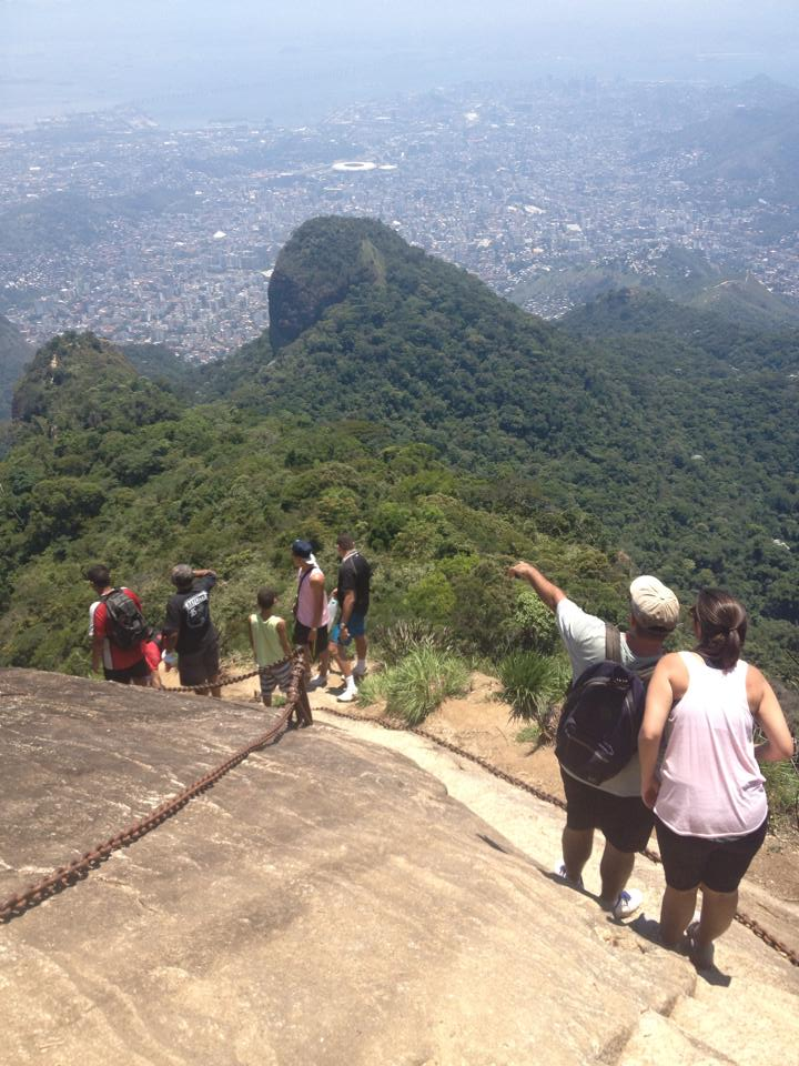 Escadaria na rocha da Trilha do Pico da Tijuca. Foto: Marcelle Ribeiro