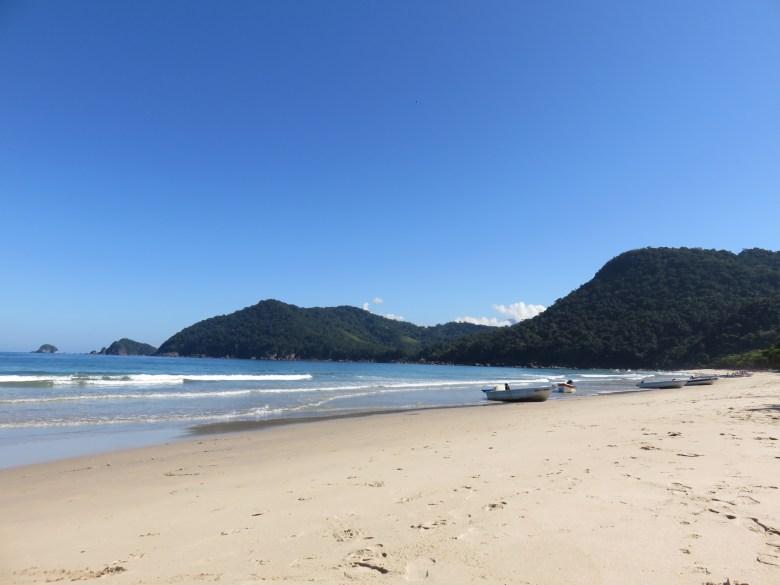 Praia do Sono, em Paraty. Vejam a lancha que nos deixou lá. Foto: Marcelle Ribeiro