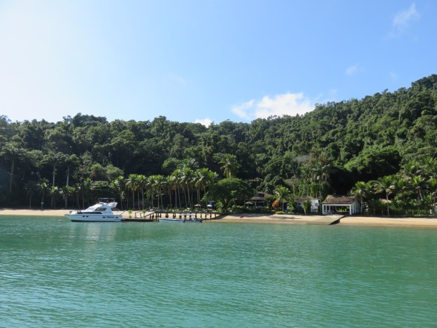 Mansão na costa da baía de Paraty. Foto: Marcelle Ribeiro