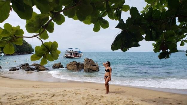 mulher prainha de santa rita praias de paraty