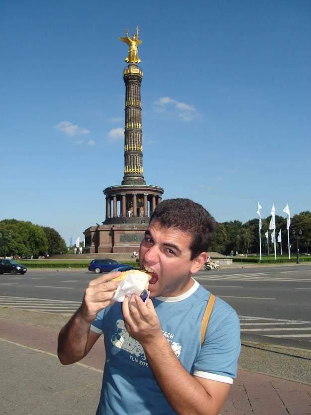 Maridão comendo em Berlim. Foto: Marcelle Ribeiro.