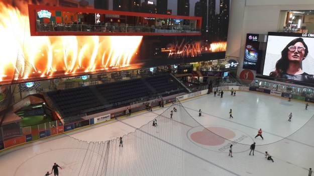 O Dubai Mall tem até um ringue de patinação no gelo! Foto: Marcelle Ribeiro