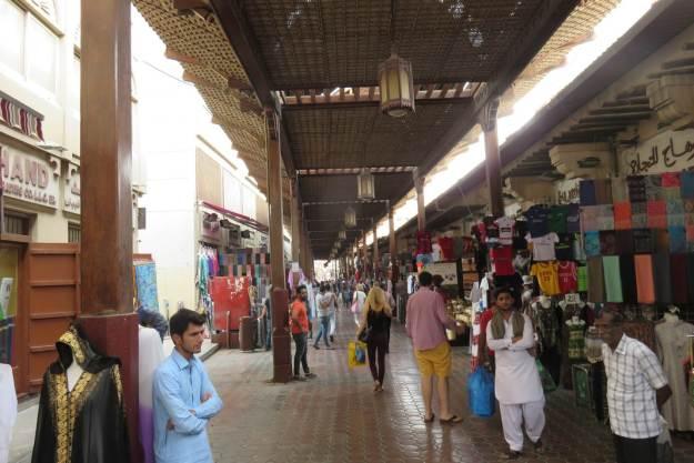 Antigo mercado de Bur Dubai tem várias lojas de tecido. Foto: Marcelle Ribeiro