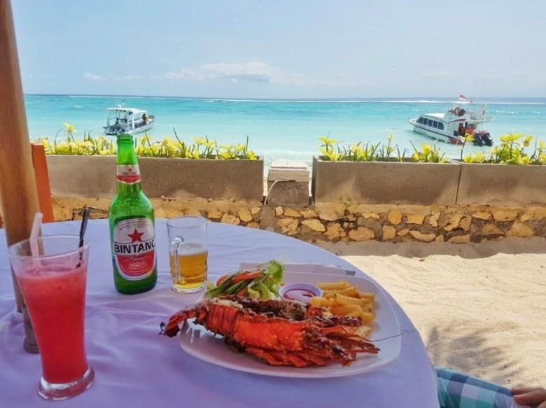 Restaurante da praia principal de Nusa Lembongan. Foto: Jeann Marcell Andrade.