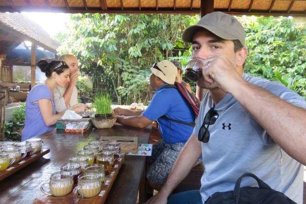 Maridão provando os cafés e chás da Indonésia. Foto: Marcelle Ribeiro