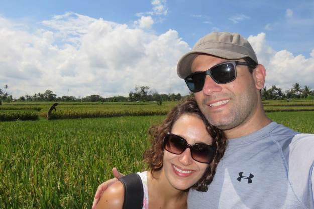 Eu e o maridão conhecendo o nosso primeiro arrozal. Foto: Guilherme Calil