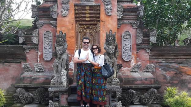 Eu e o maridão usando a roupa tradicional para os templos: o sarong. Foto: Roby
