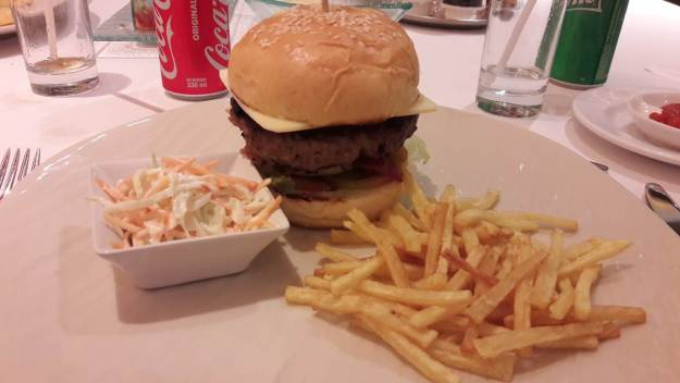 O queijo não veio derretido no cheeseburger do Sens Hotel. Foto: Marcelle Ribeiro