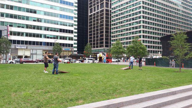 Pessoal aproveitando o gramado do Love Park.