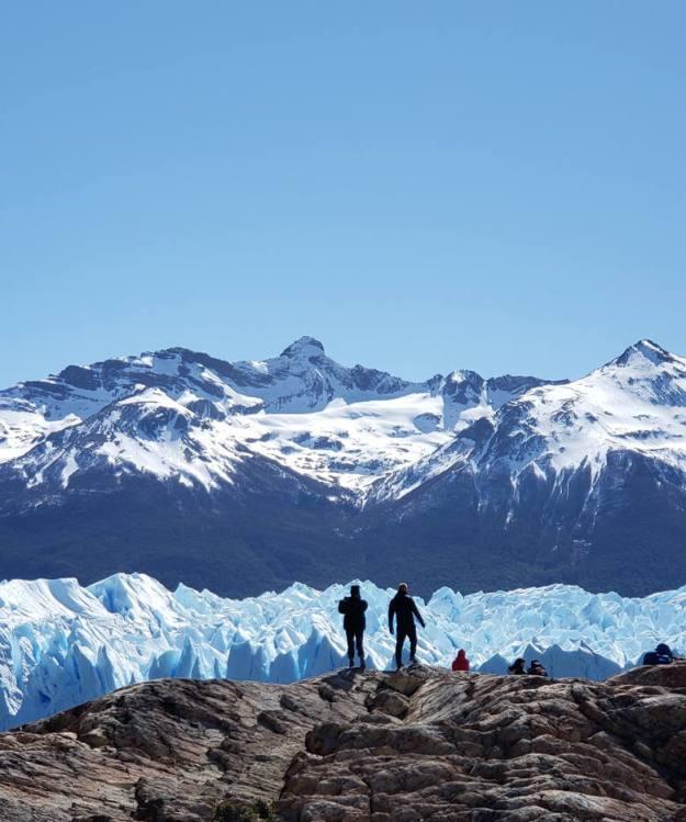 glaciar Periro Moreno homens rochas