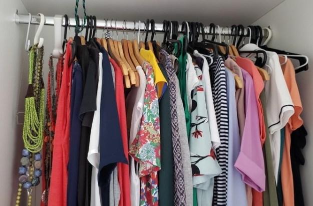 guarda-roupas com roupas consumo consciente