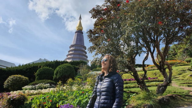 mulher casaco templo tailândia viagem minimalista
