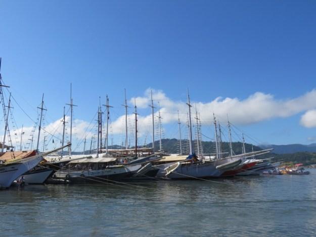 passeio de barco em paraty barcos cais