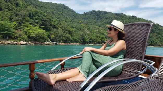 espreguiçadeira passeio de barco privativo em paraty