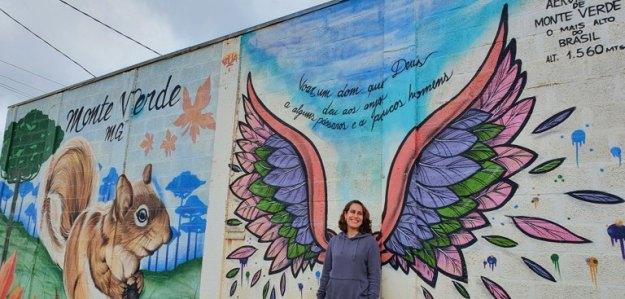 mulher painel muro aeroporto o que fazer em monte verde