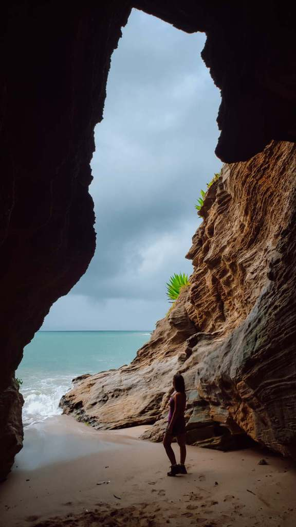 mulher gruta do vigia praias de cabo frio