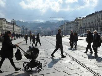 Turisti e torinesi a piedi per le vie del centro città senza traffico in occasione della domenica ecologica, Torino, 05 marzo 2017. ANSA/ALESSANDRO DI MARCO